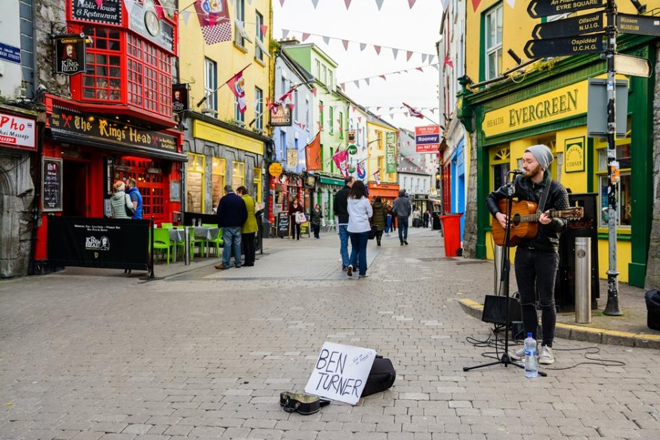 local-musician-playing-at-galway-street